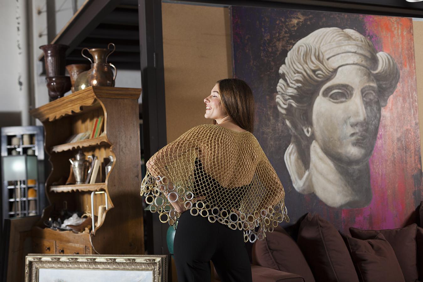 Capa Aúrea dorada y plateada metalizada en crochet